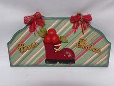 Placa de MDF, decorada com papel para srapbook, laços e  recorte de madeira em forma de bota forrada em tecido.  Fica lindo para decorar sua porta no Natal.  Confecção Atelier da Ponte R$ 38,00