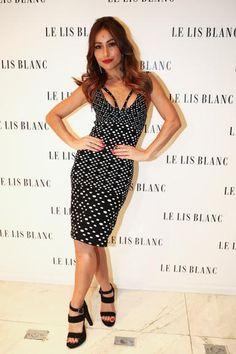 Sabrina Sato esbanja simpatia em evento de moda