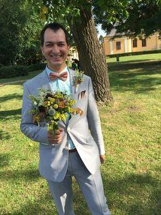 Ceremóniamester mezei virágos dobócsokorral