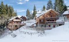Individual ski chalets in La Tania, below Courchevel in the 3 Valleys ski area, Savoie, French Alps. Alpine Ski Resort, Alpine Chalet, Ski Chalet, French Ski Resorts, French Alps, Dream Houses, Skiing, Places To Visit, Snow