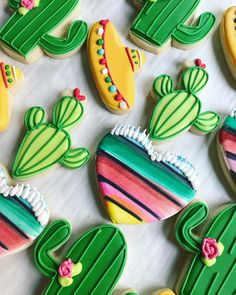 That Mexican heart blanket 😍 Fiesta themed cookies. This theme will never get old. Designs are courtesy of Sugar Cookie Icing, Royal Icing Cookies, Sugar Cookies, Iced Cookies, Cupcake Cookies, Cupcakes, Sombrero Cookies, Mexican Cookies, Fiesta Cake