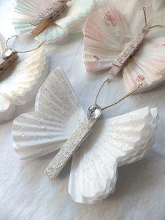 superbes ces papillons à faire avec des caissettes !! Coffee filters, glitter and clothes pins.