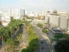 Avenida Colombia, a un lado el Río Cali