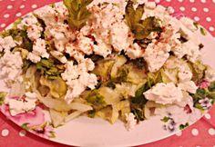 Cukkinisaláta fetával recept képpel. Hozzávalók és az elkészítés részletes leírása. A cukkinisaláta fetával elkészítési ideje: 25 perc