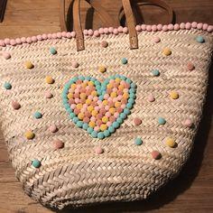 Strandtas met pompons beachbag craft Straw Bag, Bags, Fashion, Pom Poms, Handbags, Moda, Fashion Styles, Fashion Illustrations, Bag