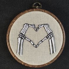 Embroidery hoop love skeleton hands by Oeroeboeroe on Etsy Embroidery Hoop Art, Hand Embroidery Patterns, Cross Stitch Embroidery, Embroidery Designs, Embroidery Tattoo, Mexican Embroidery, Os Main, Skeleton Hands, Cross Stitching