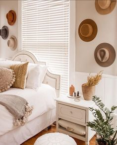 6x ideeën om de muur achter je bed te stylen - Alles om van je huis je Thuis te maken | HomeDeco.nl Romantic Home Decor, French Home Decor, Fall Home Decor, Cheap Home Decor, Luxury Homes Interior, Home Interior Design, Beautiful Houses Interior, Minimalist Home Interior, Home Decor Paintings