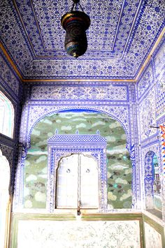 This is a semi-public zenana room near the throne room.  This is the Samode Palace, a small-ish family palace near Jaipur.  Completely conserved / restored but unchanged fresco and fixture.