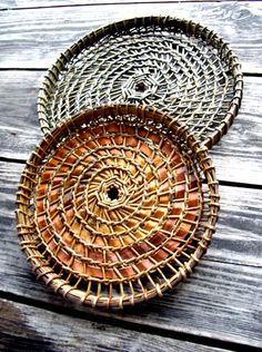 Eva Seidenfaden | Vissinggaard Rope Basket, Basket Weaving, Weaving Art, Hand Weaving, Circular Loom, Contemporary Baskets, Bedroom Crafts, Willow Weaving, Pine Cone Crafts