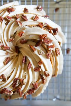 Carrot Bundt Cake with Salted Caramel Cream Cheese Frosting – Blechkuchen rezepte Köstliche Desserts, Delicious Desserts, Dessert Recipes, Food Cakes, Baking Cakes, Carrot Cake Bundt, Mini Bundt Cake, Pound Cake, Carrot Cake Recipes