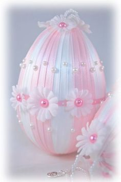 Pink and White Daisy Easter Egg Ornament Egg Crafts, Easter Crafts, Spring Crafts, Holiday Crafts, Pink Christmas, Christmas Ornaments, Cadeau Surprise, Diy Ostern, Easter Projects