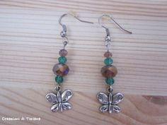 Orecchini con pietre dure viola e verde e ciondolo farfalla in metallo