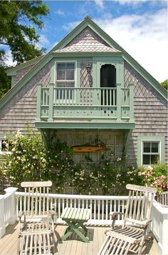 Cod Guest House Found this sweet little cottage over at This Old House and Hooked on Houses. This sweet little guest house on Cape Cod was converted from an old and dilapidated garage. The couple put a great dea…Found this sweet little cottage over at Th French Cottage, Cottage Style, Farmhouse Style, Cape Cod, Chatham House, House Siding, Shingle Siding, Garage House, Old Houses