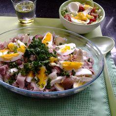 Aspergeschotel met Cherry Potatoes: Halveer 1 kg Cherry Potatoes en kook ze ca. 12 min. Schil 1 kg asperges, snijd ze in 3 gelijke stukken en kook ze in ca. 5 minuten beetgaar. Laat goed uitlekken.  Kook 4 eieren en snijd ze in parten. Snijd 150 g ham in reepjes. Maak een saus van 3 el crème fraîche, 1 el grove mosterd, 100 ml kookroom en een druppel tabasco. Voeg evt. peper toe. Meng alle ingrediënten door elkaar. Warm nog even op in een voorverwarmde oven en bestrooi met peterselie.