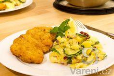 Recept na stehenní kuřecí řízek s netradičním bramborovo-okurkovým salátem.