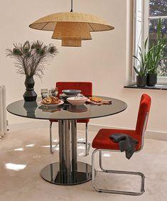 Chaise vintage : 21 modèles esprit rétro Rattan, Deco Retro, Reupholster Furniture, Soup Plating, Chaise Vintage, Metal Vase, Home Room Design, Round Dining Table, Deep Dish