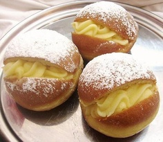 "(They are called in Germany ""Pfannkuchen Berliner"" is a kind of bun… Just Desserts, Delicious Desserts, Yummy Food, Plats Latinos, Chilean Recipes, Chilean Food, My Favorite Food, Favorite Recipes, German Baking"