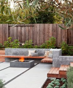 Modern Concrete Fence Design Patio With Floating Bench Outdoor Room Wood And Exterior Planter – Modern Garden Backyard Seating, Backyard Patio Designs, Small Backyard Landscaping, Backyard Fences, Fire Pit Backyard, Modern Landscaping, Landscaping Ideas, Patio Ideas, Backyard Ideas