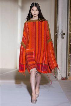 Guarda la sfilata di moda Acne Studios a Parigi e scopri la collezione di abiti e accessori per la stagione Collezioni Primavera Estate 2017.
