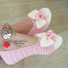 Knitting socks pattern lace leg warmers 18 Ideas for 2019 Crochet Boots, Crochet Baby Booties, Crochet Clothes, Crochet Slipper Pattern, Crochet Patterns, Free Crochet, Knit Crochet, Diy Crafts Crochet, Knitted Slippers