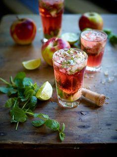 """Het lekkerste recept voor """"Mojito met appel-kersensap"""" vind je bij njam! Ontdek nu meer dan duizenden smakelijke njam!-recepten voor alledaags kookplezier! Summer Drinks, Cocktail Drinks, Cocktail Recipes, Dessert Drinks, Fun Drinks, Lemonade Bar, Gin And Tonic, Drinking Tea, Tapas"""