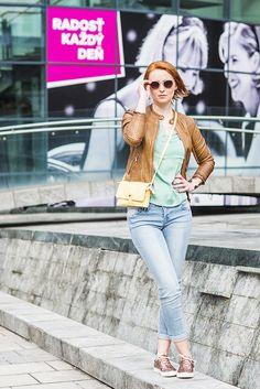 "Outfit č. 3 - Promod:  Pohodlný outfit oživia tenisky  značky Baťa a žltá kabelka  Promod ""rozbije"" naoko fádny a obyčajný celok. Nebojte sa kombinácie farieb!"