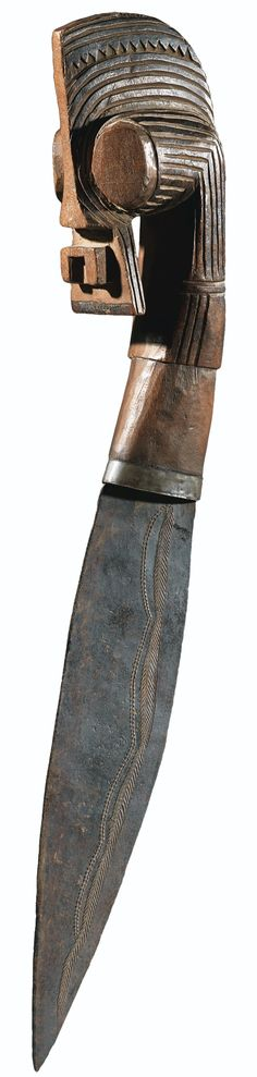 SONGYE KNIFE, DEMOCRATIC REPUBLIC OF THE CONGO haut. 36,5 cm 14 1/3 in  Sotheby´s Estimate 5,000 — 7,000 EUR