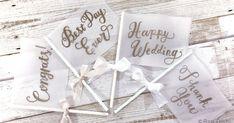 大人気の花嫁DIY!このシリーズでは、100円ショップなどで手に入るプチプラな材料だけを使い、コスパが高く大人かわいいアイテムを実際に作ってご紹介します♪トレンドのナチュラル系アイテムもプチプラで作れちゃう! Diy Wedding, Wedding Day, Gift Wrapping, Place Card Holders, Paper, Birthday, Cards, Handmade, Flag