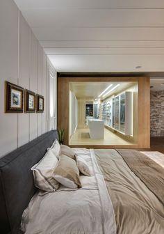 El armario masiva es en realidad un paseo por más que un paseo por - usted tiene que pasar a través de él para llegar desde el dormitorio principal con el baño.