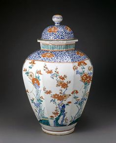 National Important Cultural Property of Japan, Big Flower Vase by Kakiemon, early Edo period (1600-1700) 色絵花鳥文八角共蓋壺 柿右衛門