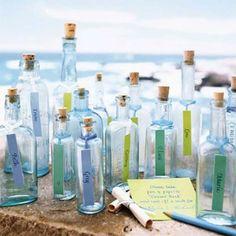 まるでボトルメッセージみたい! 綺麗な瓶を使った手作りウエディング席札の一例ア