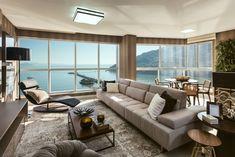 Apartamento de alto padrão traz ambientes integrados, decoração sóbria e vista privilegiada para o mar