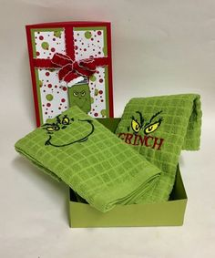 Sweet Becky Roberts made this Grinch themed gift for me, isn't it adorable! Look at that packaging! I LOVE the towels, I will always remember our event when I use these! Grinch Christmas Decorations, Grinch Christmas Party, Grinch Party, Xmas Ornaments, Grinch 2, Cricut Christmas Ideas, Christmas Sewing, Christmas Embroidery, Christmas Crafts