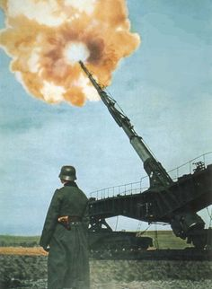 Deutsches 28cm Eisenbahngeschütz in Aktion. German 280 mm rail cannon in action.