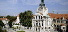 Besucher bis zum 18. Lebensjahr haben freien Eintritt  Das Bayerische Nationalmuseum zählt zu den großen europäischen Museen, die sowohl der Bildenden Kunst als auch der Kulturgeschichte gewidmet sind. Den Kern der Sammlungen bildet der königliche Kunstbesitz der Wittelsbacher, doch die vielseitigen Bestände greifen weit über die Grenzen Bayerns hinaus.  In einem Rundgang durch stilistisch auf die Sammlungsobjekte bezogene Ausstellungsräume werden die verschiedenen kulturgeschichtlichen…