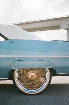 vintage Chevrolet Caprice with spokes hubcaps - Voiture Chevrolet Caprice, 1957 Chevrolet, Retro Cars, Vintage Cars, Vintage Style, Cadillac, Cute Cars, Blue Aesthetic, Car Wheels