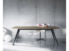 Aise Table Aise es un sistema de mesas que se caracteriza por su ligereza visual y sólida construcción. Un elemento importante en su diseño es el grosor de la encimera, que visualmente apenas alcanza el medio centímetro. Las patas y bastidores pueden fabricarse en metal (blanco/negro) o madera (nogal/roble; en esta versión la mesa además puede ser extensible). www.Treku.es Olabidea 9 - Apdo. 27 20800 Zarautz (Guipuzkoa) - Spain t 34 943 130 840 Email treku@treku.es