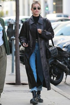 Hailey Bieber is all about simplicity and you can be too: Try tucking a fitted black turtleneck into your favorite jeans and topping the look with with your long leather coat. Match the belt and boots and you're all set! Estilo Hailey Baldwin, Hailey Baldwin Style, Mode Outfits, Fashion Outfits, Fashion Ideas, Fashion Tips, 40s Mode, Long Leather Coat, Leather Jacket