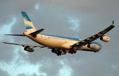 Detalle del proceso de subida del tren de aterrizaje, en un #A340 de @Aerolineas_AR . @Pablo Ilde k75 pic.twitter.com/u2RHYtHXNe