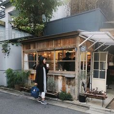 Small, but ultra cozy. Coffee Shop Japan, Cozy Coffee Shop, Small Coffee Shop, Coffee Store, Coffee Shop Design, Outdoor Cafe, Outdoor Store, Outdoor Decor, Food Kiosk