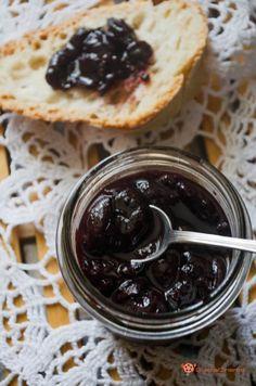 Confettura di ciliegie è una ricetta facile da preparare a casa. Ottima spalmata sul pane o come ripieno per torte, biscotti o crostate.