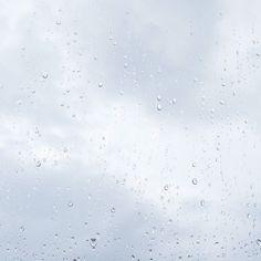 """""""The summer sun was not meant for boys like me.Boys like me belonged to the rain.""""  Ah como eu amo chuva. E essa quote. E esse livro. (Aristóteles e Dante descobrem os segredos do universo)"""