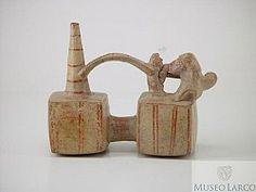 LAMBAYEQUE-SICAN - Botella doble cuerpo asa puente cintada silbadora representando fellatio entre hombre y mujer. La mujer está sentada. El hombre tiene turbante y pene desmesurado. Realista. Museo Larco