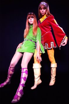 Jenny and Pattie Boyd modelling for Karl Ferris, 1967 1967 Fashion, 60s And 70s Fashion, Modern Vintage Fashion, Fashion Over, Club Fashion, Pattie Boyd, Vintage 1950s Dresses, Vintage Outfits, 60s Dresses