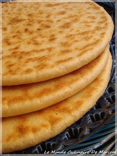 It is a galette that is often made in Algeria, it is cooked on a tajine on high heat and not in an oven, to each his way of doing it. Morrocan Food, Moroccan Dishes, Moroccan Flat Bread, Pain Artisanal, My Recipes, Cooking Recipes, Algerian Recipes, Ramadan Recipes, Bread And Pastries
