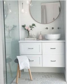 Best Ideas For White Bathroom Tile Designs 40 Bathroom Inspiration, Bathroom Tile Designs, Bathroom Makeover, Small Bathroom, Bathroom Decor, Bathroom Inspo Interior Design, Trendy Bathroom, Bathroom Design, White Bathroom
