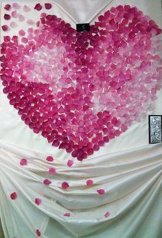 serce z płatków róż za parą młodą, ścianka za młodymi'' Votre Mariage Pracownia Chwil Piknych, dekoracje ślubne