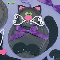 Voilà qui amusera les enfants : un chat enrubanné à partir d'assiettes en carton et de petits bouts de tout