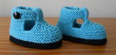 pleins de modèles de chaussons gratuits Crochet Baby Boots, Knit Baby Booties, Knit Boots, Crochet Bebe, Newborn Crochet, Crochet Shoes, Baby Bootees, Baby Couture, Baby Slippers