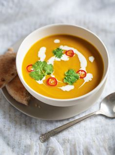 A healthy dose of curry and chili peppers, two bold aromatics that infuse exquisite flavour, spice up this delicious weeknight recipe. Gourmet Recipes, Soup Recipes, Vegan Recipes, Cooking Recipes, Vegan Food, Buttercup Squash, Ricardo Recipe, Winter Soups, Food Recipes